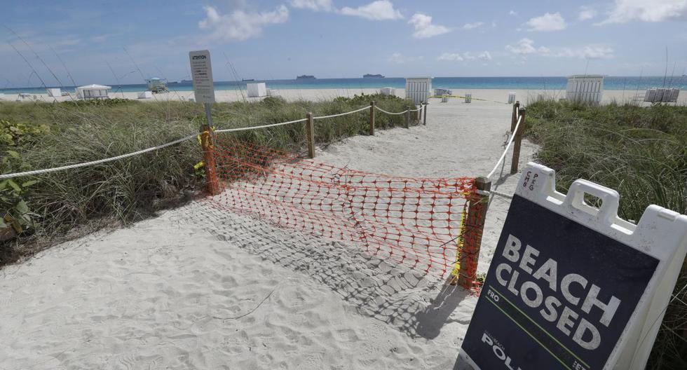 - En esta foto de archivo del martes 31 de marzo de 2020, una entrada a una playa se muestra cerrada, en Miami Beach, la famosa South Beach de Florida. El fin de semana del Día de los Caídos significa históricamente el comienzo de la temporada de vacaciones de verano, ya que las familias en todo Estados Unidos planean viajes a las playas y parques temáticos de Florida. Los funcionarios del condado de Miami-Dade no esperan multitudes, ya que las playas permanecen cerradas. (Foto AP / Wilfredo Lee, archivo)