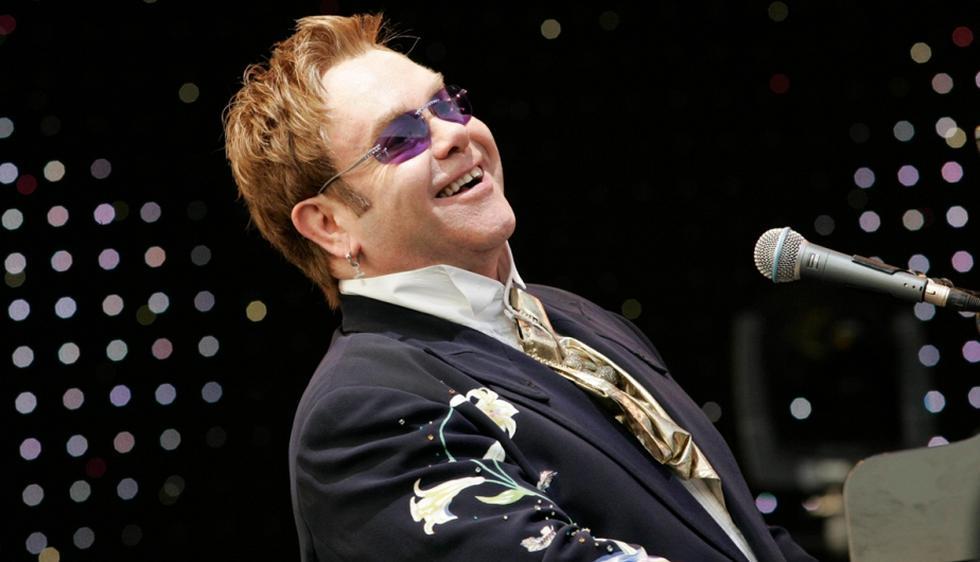 Usa el piano para componer las más hermosas piezas y hacer bailar a su público. Elton John cumple hoy 67 años. (Internet)