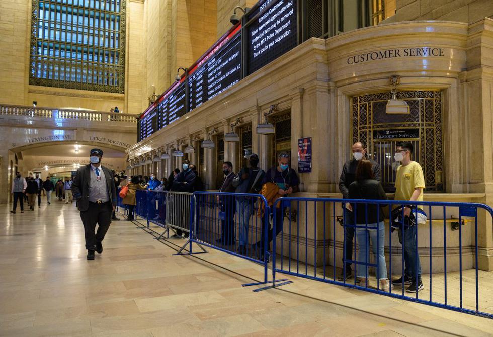 Las personas hacen fila para recibir la vacuna contra el coronavirus en un sitio de vacunación temporal en la estación de tren Grand Central Terminal, el 12 de mayo de 2021, en la ciudad de Nueva York.  (Angela Weiss / AFP).