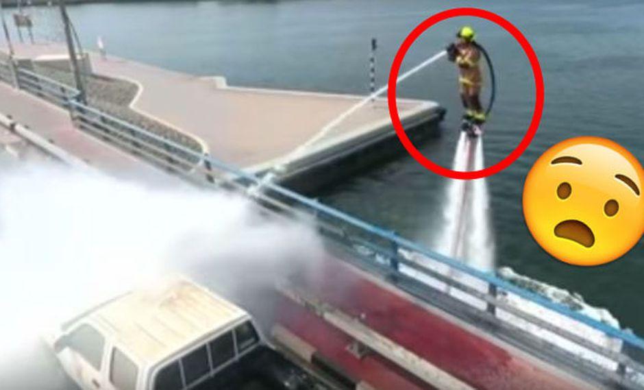 YouTube: Bomberos de Dubai se elevan sobre el agua para apagar incendios. (Captura AP)