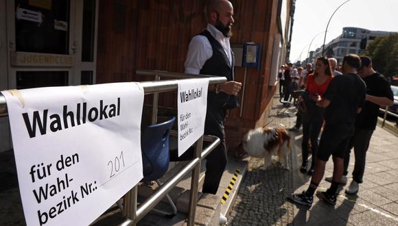 La gente espera fuera de un colegio electoral para votar en las elecciones generales alemanas en Berlín, Alemania, el 26 de septiembre de 2021. (Foto: EFE/EPA/Filip Singer)