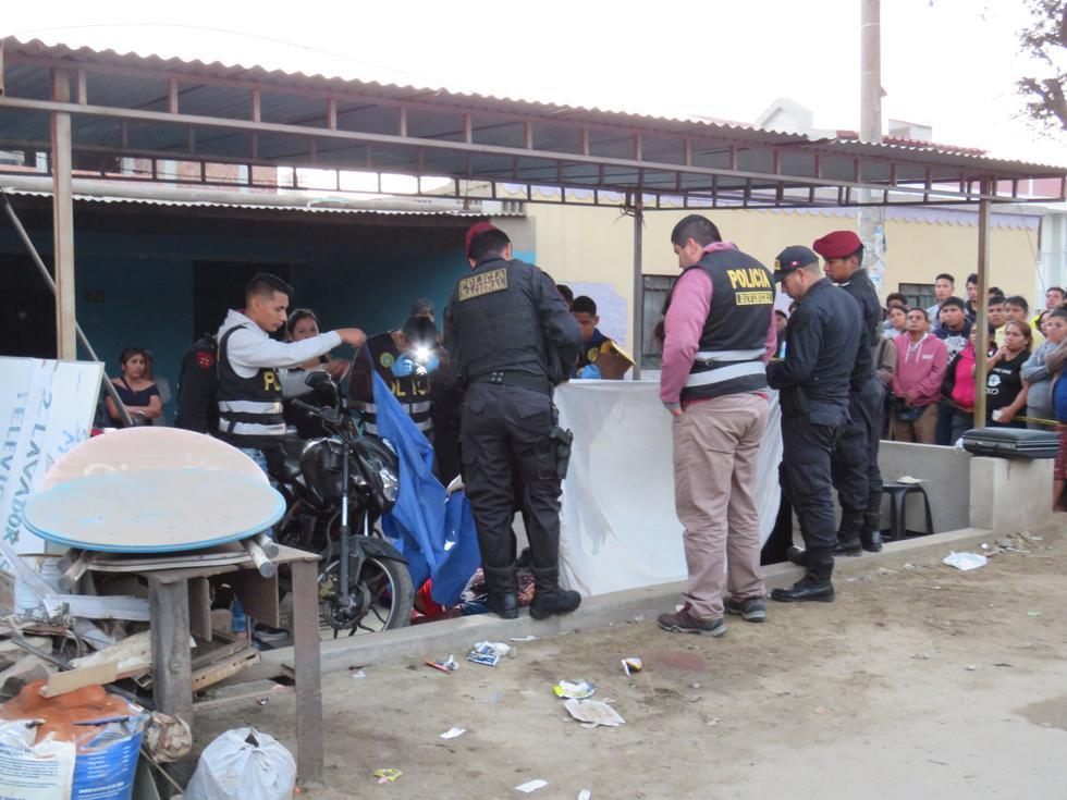 Sicarios mataron a dos en el distrito de  La Esperanza, en Trujillo, cuando tomaban en la vía pública con un grupo de amigos. (Alan Benites)