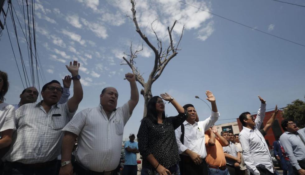 Los apristas rindieron homenaje al ex mandatario en los exteriores del hospital Casimiro Ulloa. (Foto: Daniel Apuy)