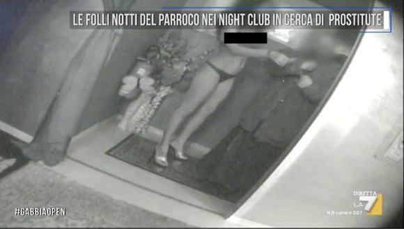 Un párroco que entraba a clubes nocturnos para estar con prostitutas. (Captura)