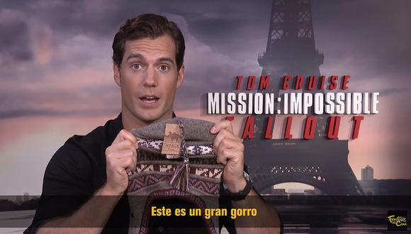 Actor recibió polo y chullo peruano. (Créditos: Captura YouTube)