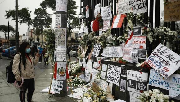En los exteriores de la Corte Superior de Justicia de Lima, varios jóvenes y vecinos han colocado un altar en homenaje a los víctimas, debido a que fue el punto donde se originó el enfrentamiento entre los manifestantes y agentes policiales.  (Foto: Joel Alonzo/ @photo.gec)