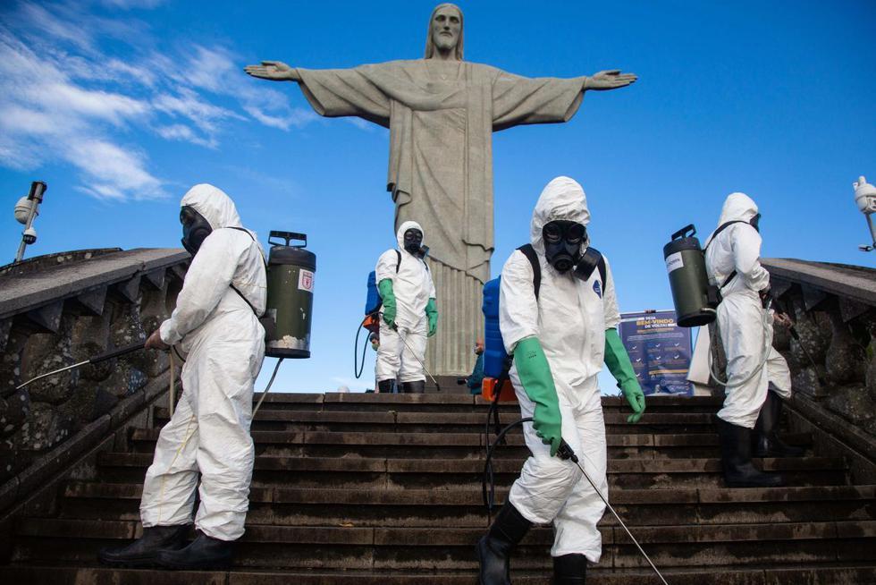 Soldados del ejército brasileño hacen desinfección en el Cristo Redentor para reapertura del punto turístico que acontecerá el próximo sábado, en la ciudad de Rio de Janeiro. (EFE/Fernando Maia).