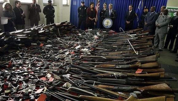 Masiva entrega de armas. (AP)