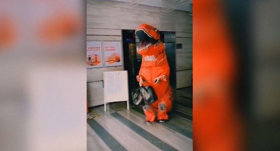 Un hombre es aparece en China con un disfraz de tiranosaurio rex para protegerse del coronavirus. (EFE).