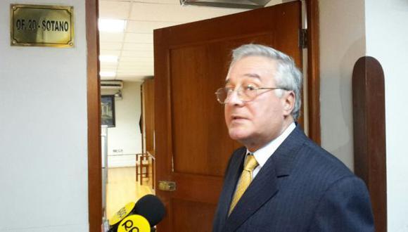 Javier Bedoya mostró a la prensa daños causados a la puerta de la oficina de su bancada. (Patricia Quispe/Perú21)