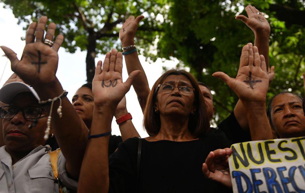 Personal médico, padres y pacientes del Hospital José Manuel de los Ríos participaron hace unos días de una protesta por la muerte del cuarto niño en un mes. (Foto: AFP)