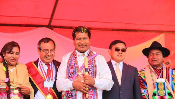 Walter Aduviri celebró una juramentación simbólica con la participación de autoridades de China, Venezuela, Cuba y Bolivia. (Foto: Facebook)