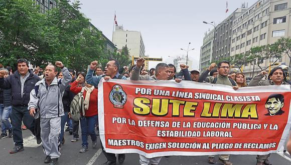SIN RESPALDO. Castillo y un reducido grupo de docentes marcharon por las calles del Centro de Lima. Protesta tuvo poca acogida. (USI)
