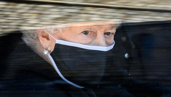 La reina Isabel II tuvo presente el recuerdo del duque de Edimburgo en su funeral con algunos detalles. (Foto de LEON NEAL / varias fuentes / AFP)