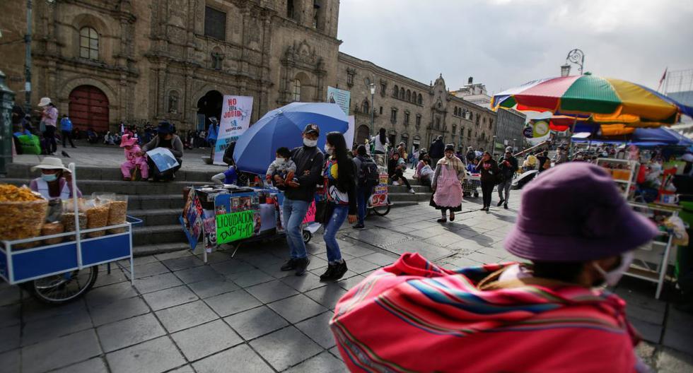 Imagen referencial muestra a los ciudadanos en medio de la plaza San Francisco en La Paz, Bolivia, el 8 de octubre de 2020.  (REUTERS / David Mercado).