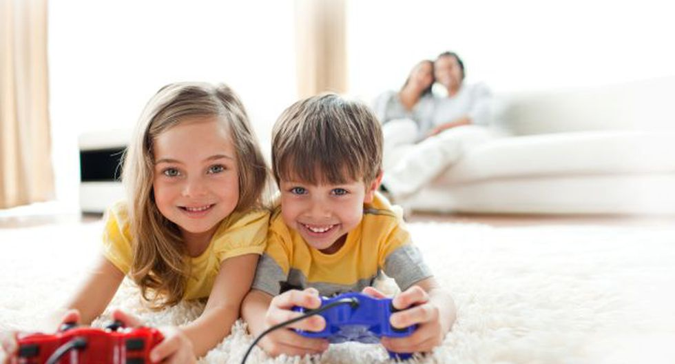Supervisión. El monitoreo de los padres es vital para saber qué videojuegos usan los hijos.