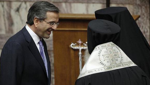 El primer ministro Antonis Samaras con líderes de la Iglesia ortodoxa. (AP)