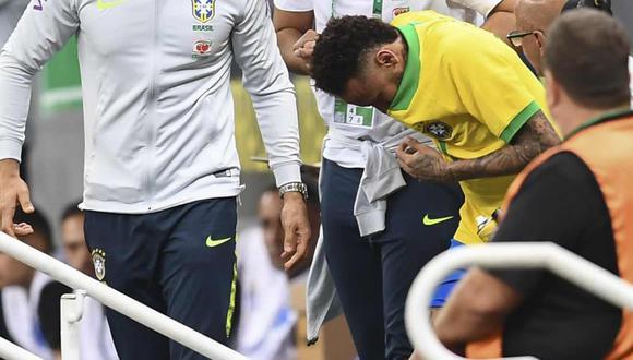 Neymar mostró el tobillo derecho lastimado. (Foto: AFP)