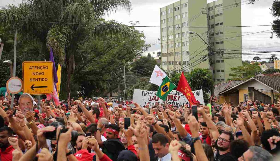 Los partidarios del ex presidente Luiz Inácio Lula da Silva se manifiestan fuera de la prisión donde se encuentra recluido, un año después de su arresto en Curitiba. (Foto: AFP)