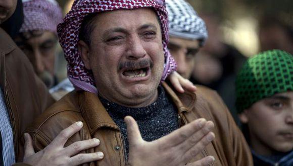 Sirios lloran a sus muertos. (AP)