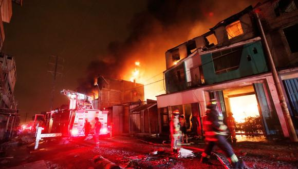 Incendio fue calificado como código 3 y compañía Luz del Sur activó su plan de contingencia y cortó el servicio eléctrico. (Foto: César Grados/GEC)