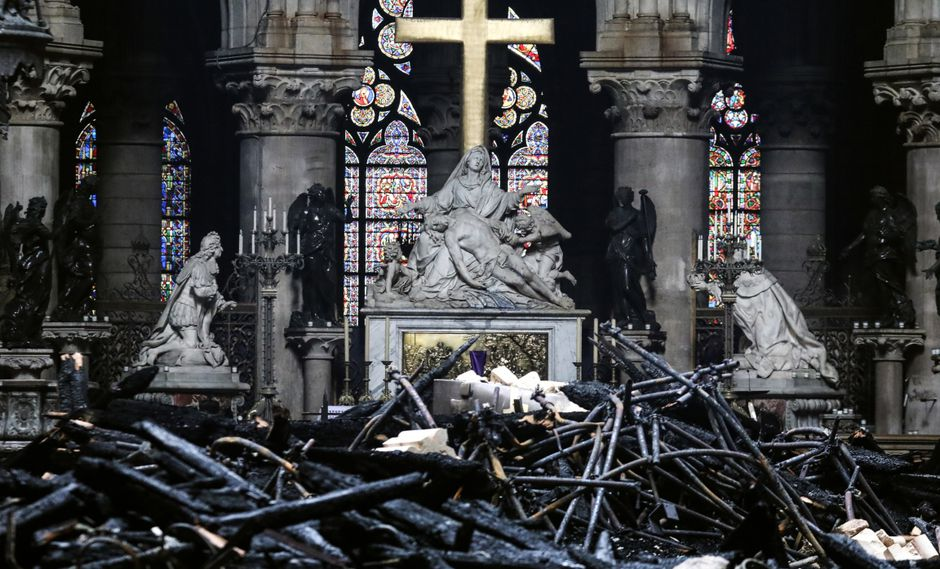 Francis Maude, director del estudio de arquitectura Donald Insall Associates, explicó el panorama sobre la reconstrucción de Notre Dame. (Foto: AFP)