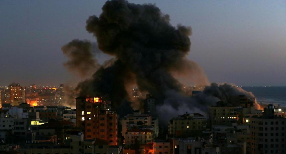 El humo se eleva desde un edificio después de que fuera destruido por los ataques aéreos israelíes en medio de un estallido de violencia israelí-palestina, en Gaza el 11 de mayo de 2021. (REUTERS/Ibraheem Abu Mustafa).