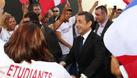 A pesar del incidente, Sarkozy siguió saludando a su público. (Reuters)