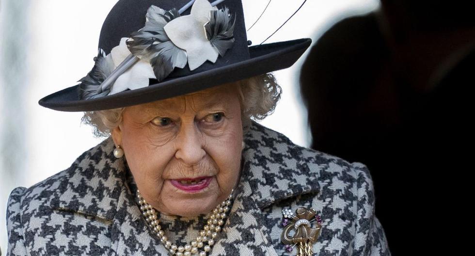 La reina Isabel II se marcha después de un servicio en la iglesia de Santa María la Virgen, Hillington, Norfolk, Reino Unido, el 19 de enero de 2020. (EFE/EPA/WILL OLIVER).