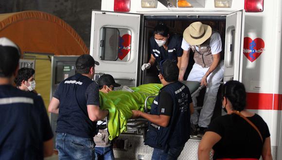 Fotografía tomada el 13 de julio de 2020 que muestra la asistencia a un enfermo por el grupo de voluntario en Santa Cruz (Bolivia). (EFE/Juan Carlos Torrejón).