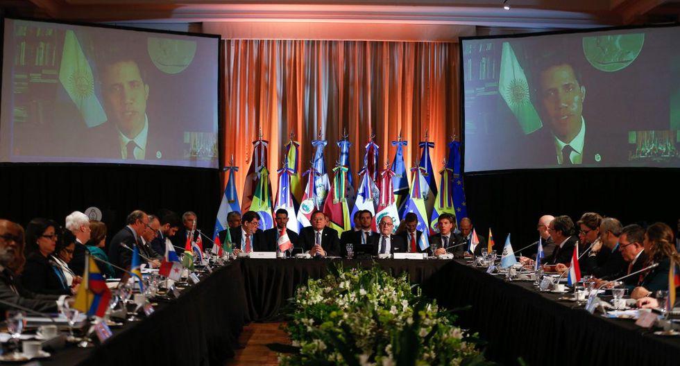 Guaidó se expresó a través de un videoconferencia. El presidente interino apareció en una gran pantalla delante de una bandera argentina. (Foto: EFE)