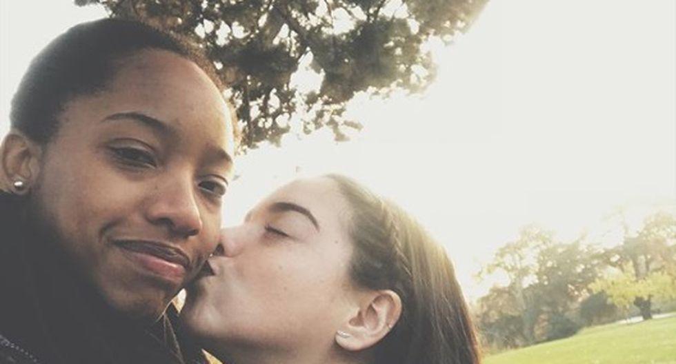 Clarivett Yllescas y su novia disfrutan su amor frente a la Torre Eiffel.
