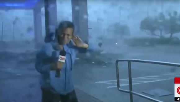 reportera es arrastrada por la fuerza del huracán María (YouTube/CNN)