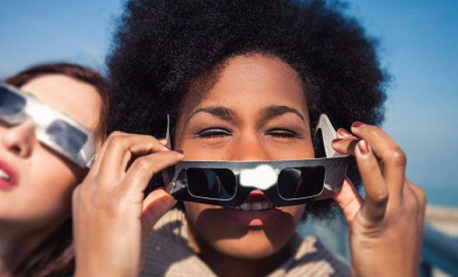 La especialista recomienda ver el eclipse por los medios de comunicación porque es la forma más segura.