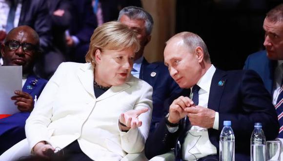 """Los dos dirigentes hablaron por teléfono """"a iniciativa alemana"""" para abordar el """"peligroso incidente"""" que tuvo lugar el domingo en el mar Negro con Ucrania. (Foto: AFP)"""