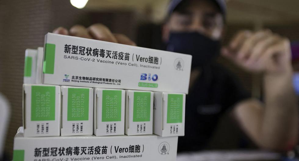 Cajas de la vacuna Sinopharm contra el coronavirus de China se ven durante la vacunación en Dubái (Emiratos Árabes Unidos), el 28 de febrero de 2021. (Karim SAHIB / AFP).