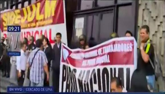 Grupo de trabajadores del PJ exigen que se publique el decreto supremo que establece una nueva escala remunerativa. (Captura: Canal N)