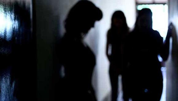En el operativo fueron detenidos 18 individuos, al parecer relacionados con el delito de trata de personas en un centro. | Foto: EFE