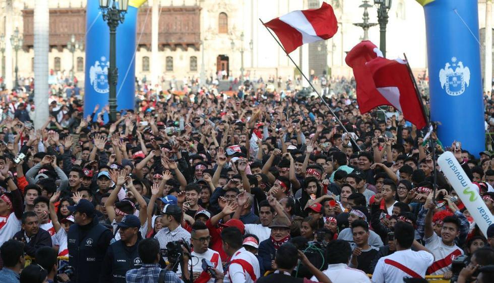 El partido Perú vs. Ecuador empezó a transmitirse desde las 4 p.m., en una pantalla grande instalada en la plaza mayor. (Municipalidad de Lima)