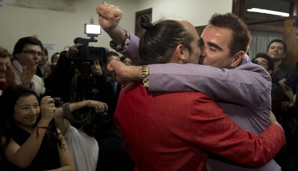 Rodrigo Borda y Sergio Miranda sellaron su unión con un beso. (AFP)