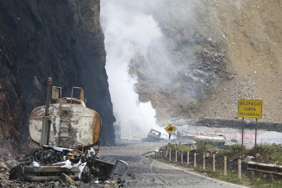 La explosión de un camión cisterna en la Carretera Central provocó el posterior incendio de grandes proporciones de otras unidades de traslado de combustible y dejó al menos un fallecido y un herido. (Foto: Jessica Vicente/@photo.gec)