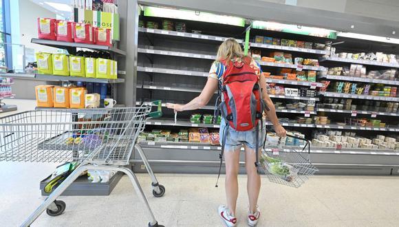 Un comprador mira los estantes vacíos donde normalmente se almacenarían alimentos refrigerados, dentro de un supermercado Waitrose en Londres el 7 de setiembre de 2021. (JUSTIN TALLIS / AFP).