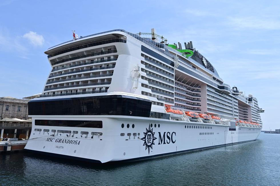 Una fotografía tomada en el puerto de Génova, en el norte de Italia, muestra el crucero MSC Grandiosa esperando para zarpar después de seis meses y medio de inactividad debido a la pandemia del nuevo coronavirus, COVID-19. (AFP/MIGUEL MEDINA).