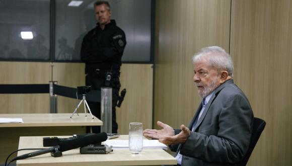 El ex presidente de Brasil Luiz Inácio Lula da Silva hace gestos durante una entrevista con los periódicos El País y Folha de Sao Paulo en la sede de la Policía Federal. (Foto: AFP)