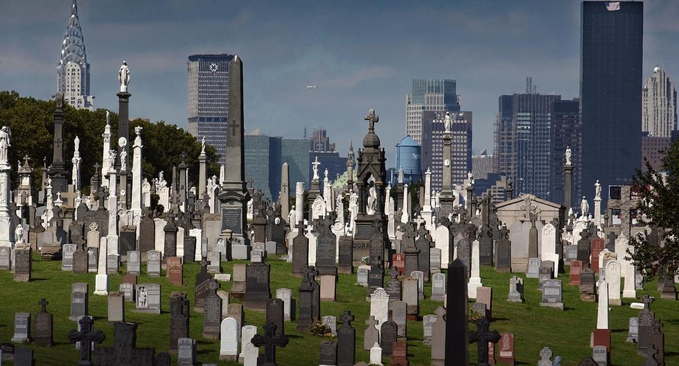 Photo prise le 26 septembre 2001 � New-York d'un cimeti�re du Queens sur fond de Manhattan.    Picture dated 26 September 2001 of a cemetery in Queens, New York, with the towers of Manhattan in the background.    AFP PHOTO ERIC FEFERBERG (Photo by ERIC FEFERBERG / AFP)