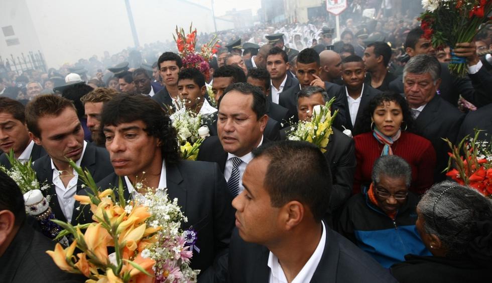 Francisco Pizarro y sus dirigidos portaron ramos florales en honor al Cristo Moreno. (Depor)
