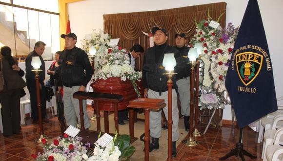 Dolor y pesar. Durante el velatorio, familiares y amigos condenaron el crimen y pidieron justicia. (Alan Benites)