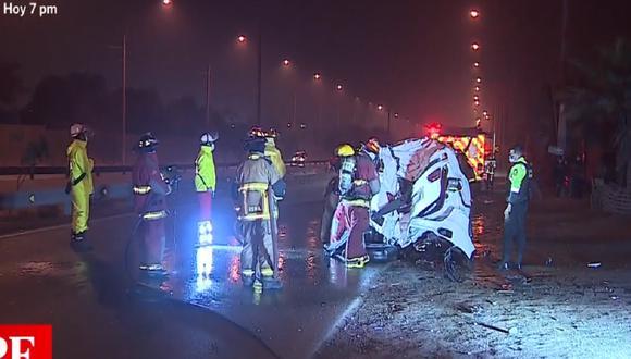 El accidente ocurrió esta madrugada en la autopista Ramiro Prialé y chofer resultó con heridas leves. (Captura: América Noticias)