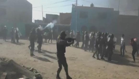Policía se enfrentó a las familias que se resistían a salir del lugar (Captura)
