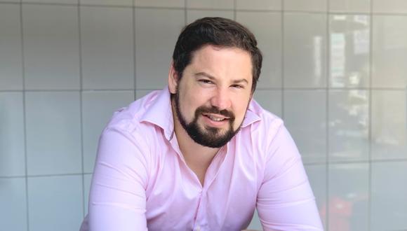 """Diego es Administrador de empresas y tiene un MBA en ESAN. Comenzó a trabajar desde los 17 años en la empresa familiar donde empezó haciendo compras, inventarios y control de calidad. Años después en el 2014 inicia """"La Pastana"""", una marca exclusivamente por delivery."""